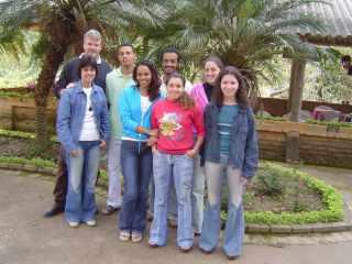 Oscar en Melina met de Bijbelschoolstudenten