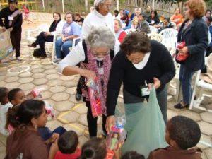 Weduwen delen cadeaus uit