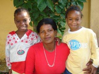 Sara en Samara met hun moeder