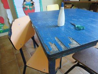 De oude tafels en stoelen zijn hard aan vervanging toe!