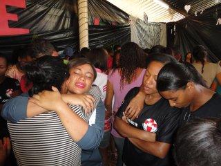 Jongeren bidden samen