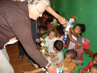 Weduwen op bezoek in de kindercentra