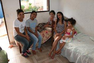 Nilia met gezin en werkers van de zending