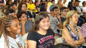 Carla tussen andere tieners